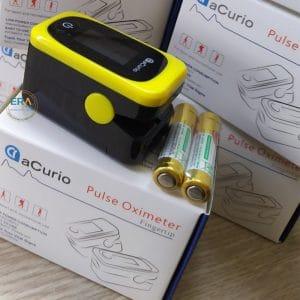 Máy đo nồng độ oxy SpO2 và nhịp tim Acurio AS-304 sử dụng công nghệ cảm biến quang học và lọc nhiễu ánh sáng ngoài, thực hiện đo bằng việc cho ngón tay vào máy để tính độ bão hòa hemoglobin (hemoglobin có chứa oxy) so với tổng lượng hemoglobin trong máu (hemoglobin oxy hóa và không oxy hóa). Vì vậy SpO2 là một trong những chỉ số quan trọng để đánh giá sức khỏe của một người hiện đang được sử dụng rộng rãi tại nhà cũng như các bệnh viện và trung tâm y tế.